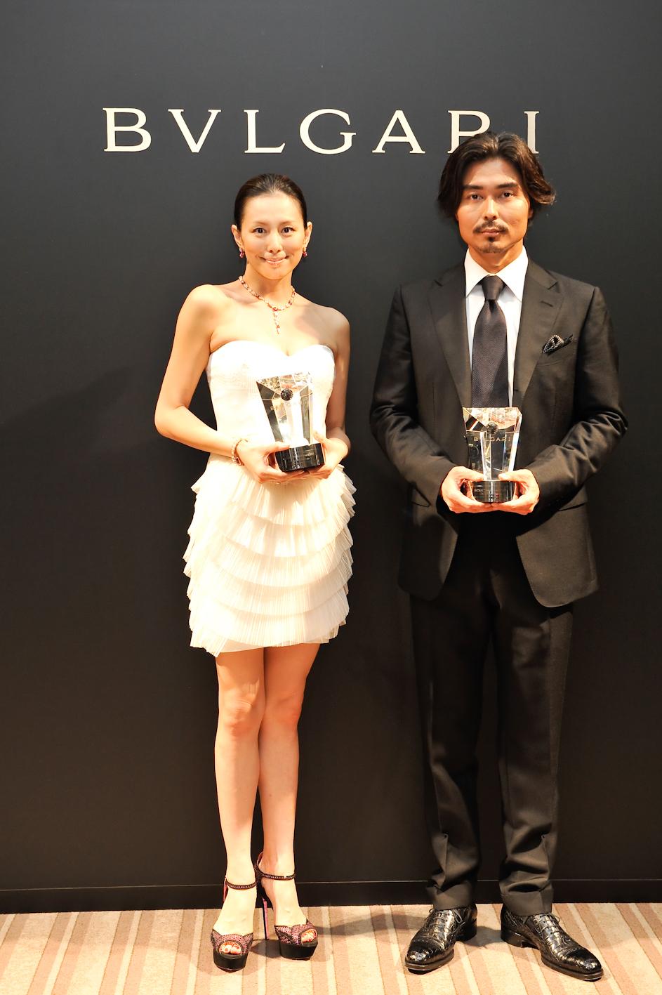 小澤征悦さんと白ミニ丈ドレスの米倉涼子