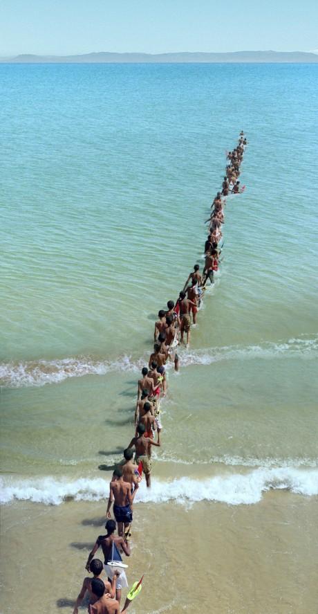 《川に着く前に橋を渡るな》2008年、ジブラルタル海峡 アクションの記録映像と写真 Photo:Jorge Golem