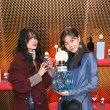 左:モデル・山本奈衣瑠さん、右:モデル・エモン久瑠美さん